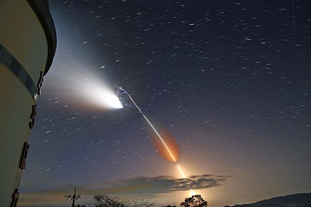 ロケットの光跡
