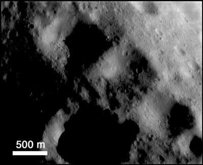 NEAR-シューメーカー探査機が撮影した小惑星433「エロス」上の四角い... 小惑星433「エ