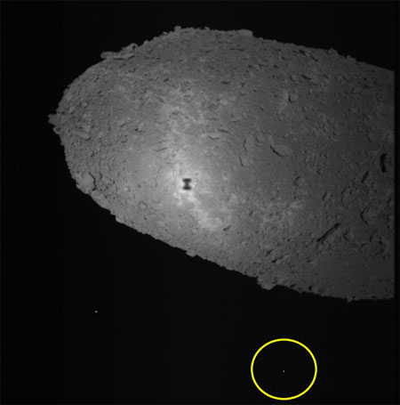 小惑星イトカワと探査ロボットミネルバ - 探査機はやぶさが撮影