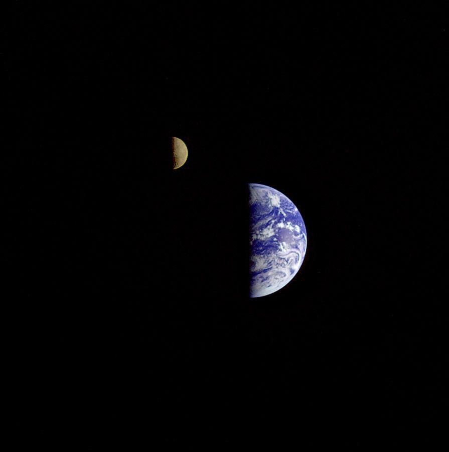 (NASAの木星探査機ガリレオがとらえた地球と月の画像) NASAの木星探査機ガリレオがとらえた