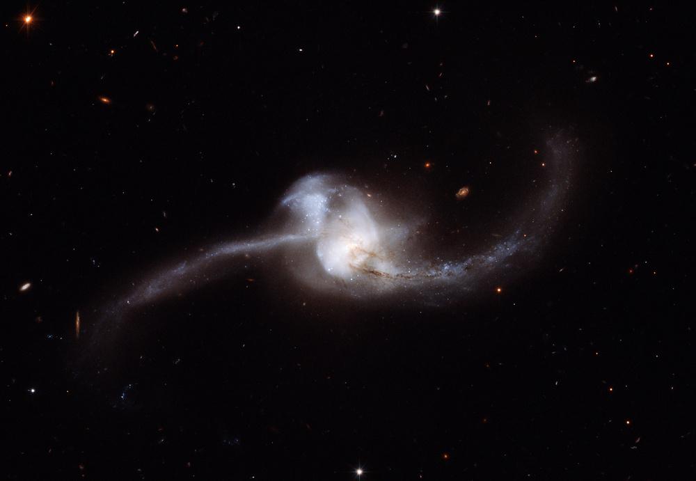 HSTが2007年にとらえた銀河NGC 2623の画像。クリックで ...