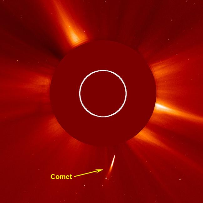 (彗星が太陽に突入する様子) 彗星が太陽に突入する様子。中央下に見える白い線が彗星。クリックで拡