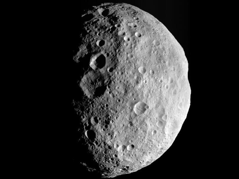 探査機ドーンが撮影した小惑星ベスタ 北極上空から見た小惑星ベスタ。8月26日に探査機「ドーン」が
