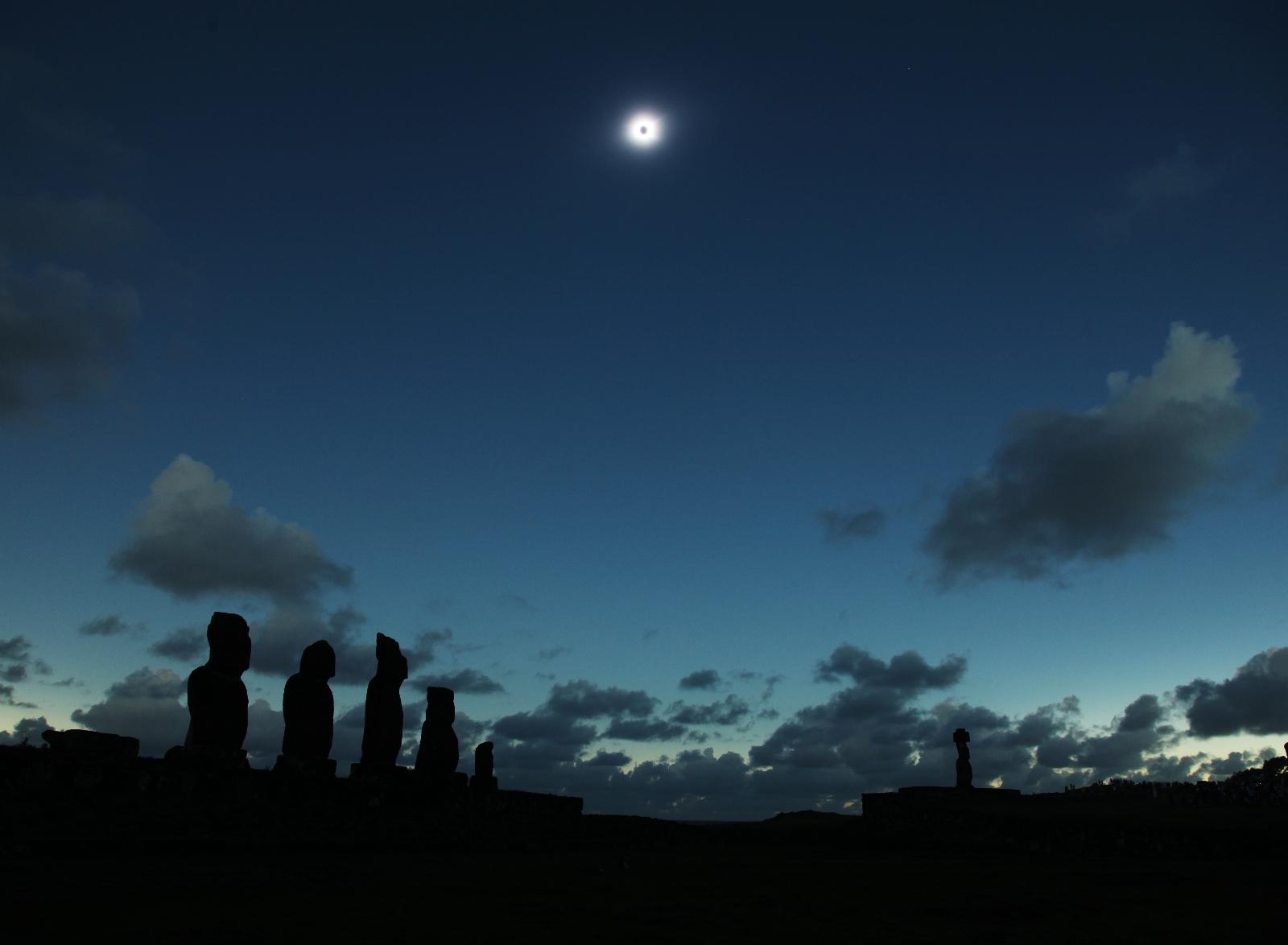 #2716: 遠くの小さなモアイの上に輝くコロナ by アストロアーツ ...